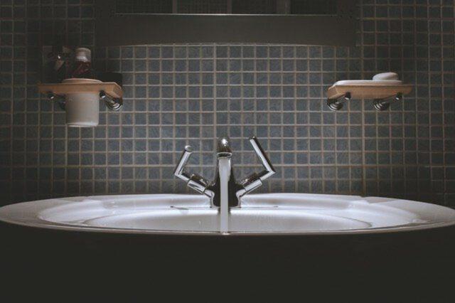 Jak urządzić łazienkę w firmie?